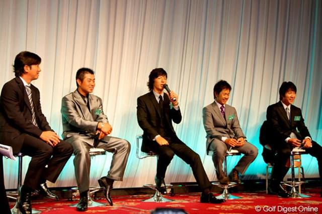 2010年 ジャパンゴルフツアー表彰式 (左から)深堀圭一郎、池田勇太、石川遼、藤田寛之、キム・キョンテ (左から)深堀圭一郎、池田勇太、石川遼、藤田寛之、キム・キョンテによるトークショーも行われた