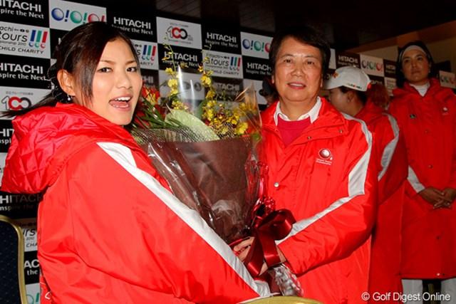 2010年 Hitachi 3Tours Championship 2010 樋口久子会長&横峯さくら 定年退職となる樋口久子会長に、選手から花束が贈られるサプライズも