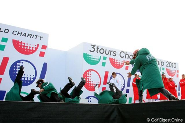 """2010年 Hitachi 3Tours Championship 2010 石川遼 """"かめはめ波っ!""""石川遼のアクションに吹っ飛ぶJGTO選手たち。スターティングセレモニーのひとコマ"""