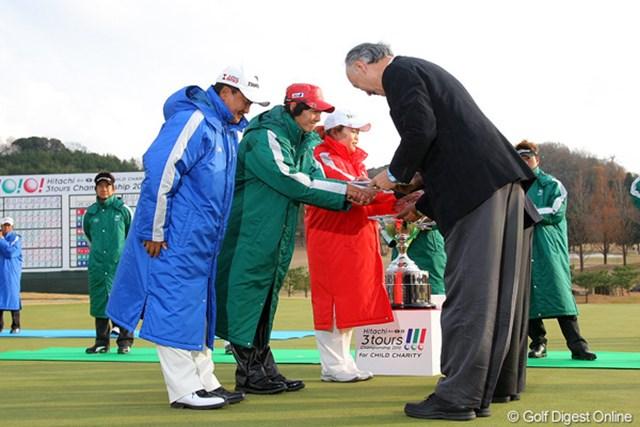 2010年 Hitachi 3Tours Championship 2010 倉本昌弘、石川遼、アン・ソンジュ 倉本昌弘、石川遼、アン・ソンジュの3人から、今大会のチャリティ収益金が手渡された