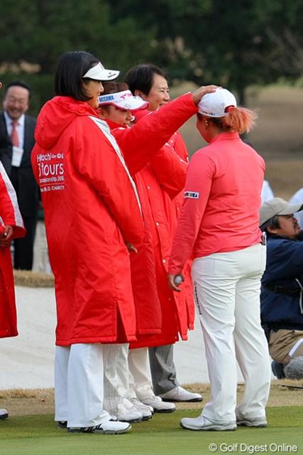 2010年 Hitachi 3Tours Championship 2010 有村智恵&アン・ソンジュ アン・ソンジュはトップを逃し、チームメイトに頭をペコリ。有村智恵が頭を撫でてなだめていた