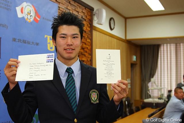 マスターズの招待状を手に記念撮影に応じるアマチュアの松山英樹