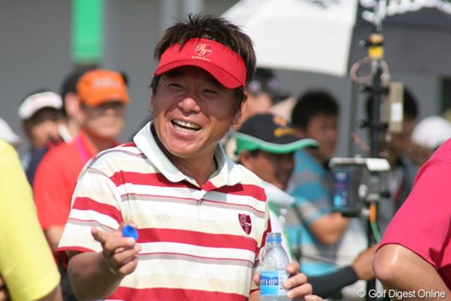 2日目のマッチプレーで全勝し笑顔のアジア選抜、尾崎直道キャプテン