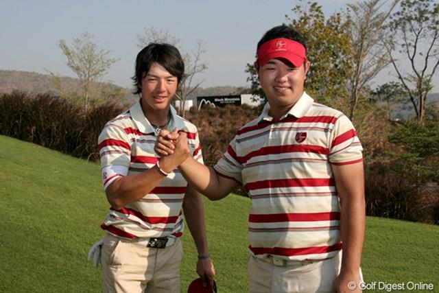 2011年 「ザ・ロイヤルトロフィ」 石川遼 マナッセロ組に連勝し薗田(右)とガッチリ握手をかわす石川