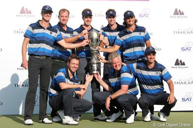 2011年 ザ・ロイヤルトロフィ 欧州選抜 底力を見せて逆転優勝した欧州選抜チーム。2年連続4度目の優勝だ!