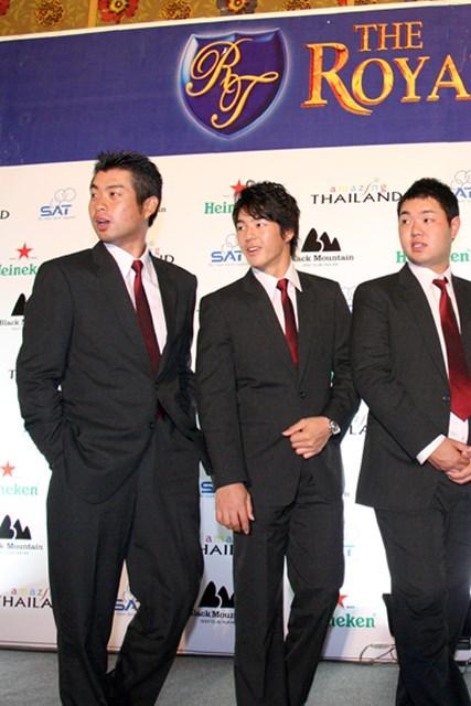 2011年 プレーヤーズラウンジ 池田勇太 「ザ・ロイヤルトロフィ」の公式会見では、全員お揃いのスーツで登場。池田勇太もシングルボタンのノーマルスーツで揃えた、貴重なワンカット!?