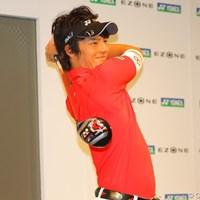 新しいドライバー「EZONE」を手に、スイングを披露した石川遼 2011年 ヨネックス新製品発表会 石川遼
