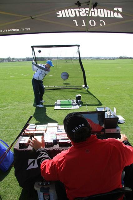 ブリヂストンのボールフィッティングは、ドライバーの弾道計測結果から本人に合った理想のボールを導き出す
