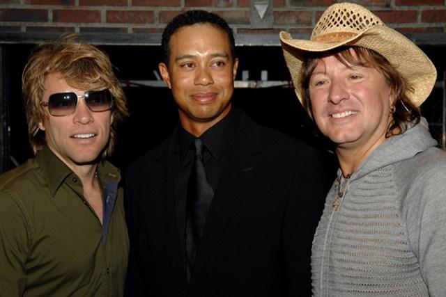 左からジョン・ボンジョビ、タイガー・ウッズ、リッチー・サンボラ。2007年タイガー・ジャムでのショット (Lester Cohen/Getty Images)