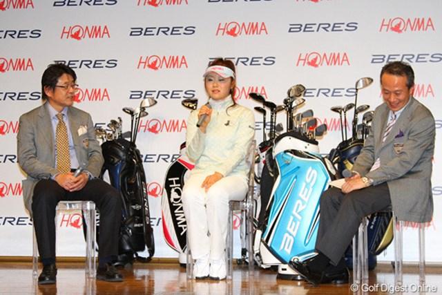 2011年 ホットニュース 契約記者発表会 藤田幸希 トークセッションは本間ゴルフの西谷社長(右)と諏訪工場長も加わり和やかな雰囲気で行われた