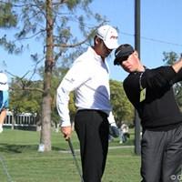 ラウンド後の練習場、タイガーにもレッスンしているショーン・フォーリーが長年の生徒のオヘアにレッスン。後ろも生徒のメイハン 2011年 ノーザントラストオープン 初日 ショーン・オヘア、ショーン・フォーリー