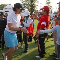 握手を求める子供に手を差し出すジュリー・インクスター 2011年 ホンダLPGAタイランド 2日目 ジュリー・インクスター