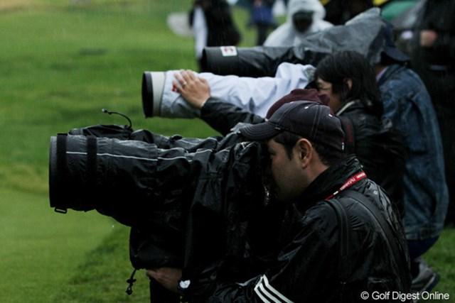 2011年 ノーザントラストオープン 2日目 カメラマン 選手やギャラリーだけでなく、カメラマンも雨の中で奮闘中。雨にも負けず、風にも負けず・・・