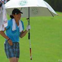 暑い暑い…ジュリー・インクスターはタオルを首にかけてコースを歩く 2011年 ホンダLPGAタイランド 3日目 ジュリー・インクスター