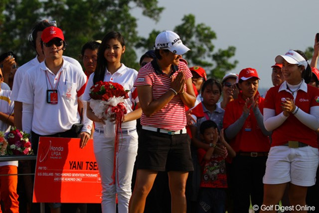 タイの人々に倣い両手を合わせて表彰式に出るヤニ・ツェン