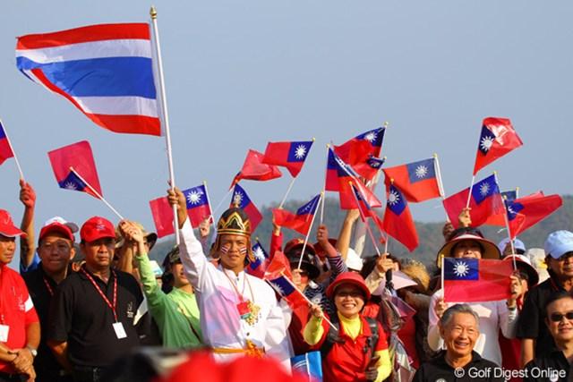 タイの民族衣装をまとった男性と、ヤニ・ツェンの母国台湾の旗が鮮やか