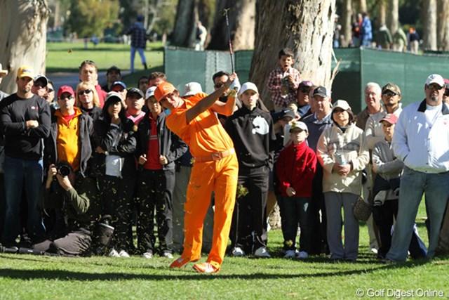 相変わらずの全身オレンジ、人気も相変わらずで多くのギャラリーを引き連れて歩く