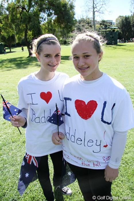 アーロン・バデリーを応援する少女たち。手作りってところが愛情こもっていてgood! 2011年 ノーザントラストオープン 最終日 アーロン・バデリーのファン