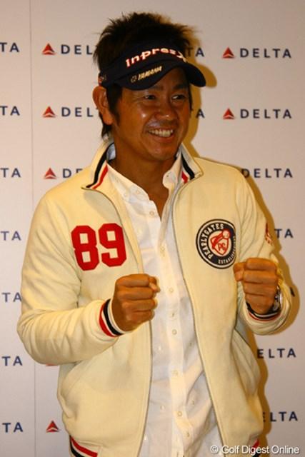 「1日でも長くプレーできるように頑張りたい」とガッツポーズを見せる藤田寛之