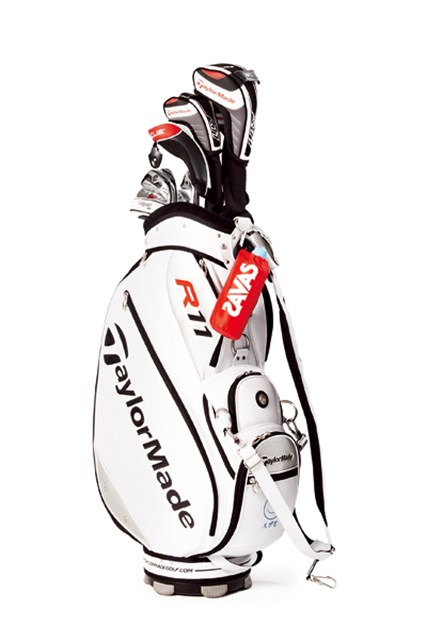 キャディバッグに「ザバス」ロゴの入ったドリンクホルダーを装着する