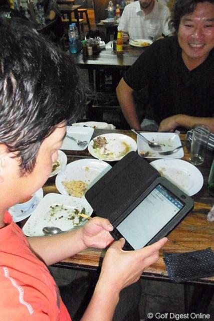 竹本直哉 2011年 タイランド 海外でも携帯端末は必需品。3GSの定額ローミングでネットも繋ぎまくりだ。