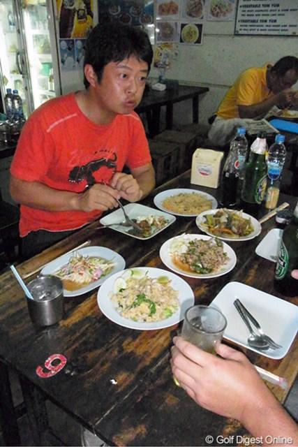 竹本直哉 2011年 タイランド こしょうが効いていておいしい~と、料理をほおばる竹本プロ