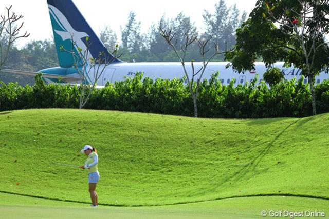 有村智恵がアプローチする13番グリーンの奥には旅客機が見える。画像はプロアマ戦の様子
