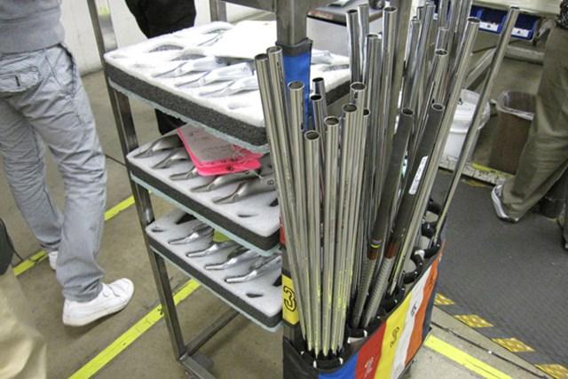 組立工程内では、1セットごとに製品管理されており、重量、ライ角、ロフト角などオーダーどおりに組み立てられる