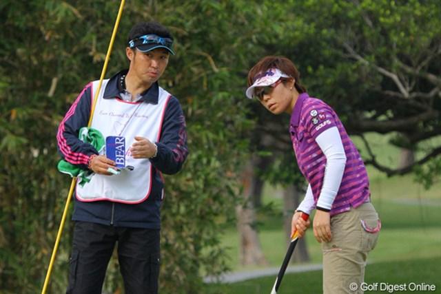 2011年 ダイキンオーキッドレディスゴルフトーナメント 初日 穴井詩 石井キャディ(兼コーチ)は、「パターがもったいなかった」。260ヤードは飛ぶというドライバーを武器に上位を目指す