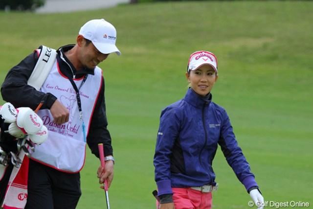 2011年 ダイキンオーキッドレディスゴルフトーナメント 初日 上田桃子 今週は笑顔でのラウンドが印象的な上田桃子。最後のイーグルはゴルフの神様からのご褒美か