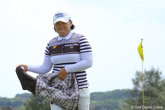 2011年 ダイキンオーキッドレディスゴルフトーナメント 初日 申智愛 7番でナイスパーセーブを見せた申智愛。ご機嫌で「お疲れ様です~」