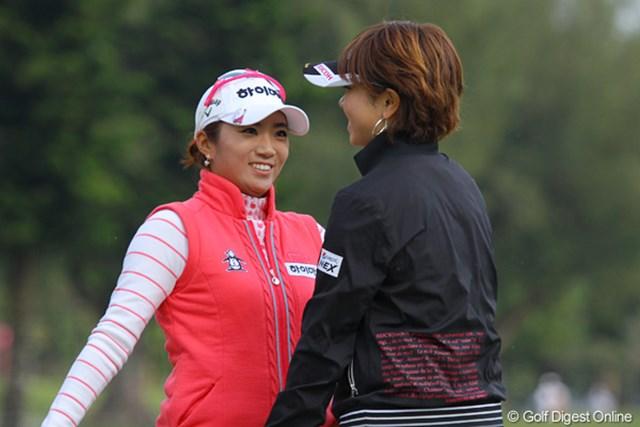 2011年 ダイキンオーキッドレディスゴルフトーナメント 初日 森田理香子&イ・ボミ ちょっと照れながらも、森田理香子をハグするイ・ボミ