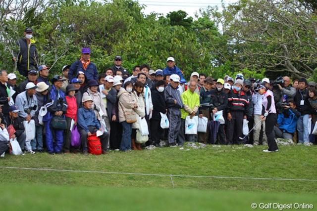 2011年 ダイキンオーキッドレディスゴルフトーナメント 初日 宮里藍 宮里藍は7番の3打目を大きく右に。ギャラリーの中からアプローチ