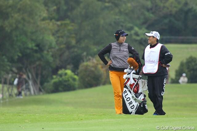 2011年 ダイキンオーキッドレディスゴルフトーナメント 初日 フォン・シャンシャン 中国人のフォン・シャンシャン。なにやらキャディと楽しそうなお話し中