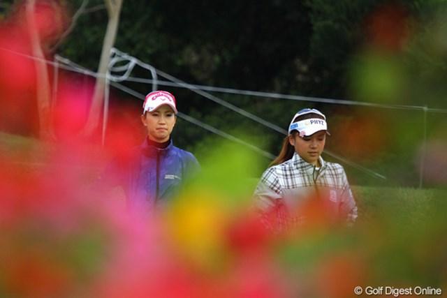 2011年 ダイキンオーキッドレディスゴルフトーナメント 初日 上田桃子&有村智恵 桃子と智恵。熊本の先輩、後輩が揃ってラウンド