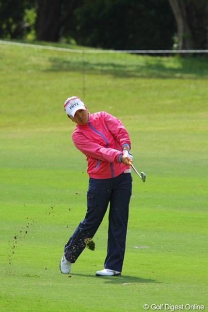 2011年 ダイキンオーキッドレディスゴルフトーナメント 初日 宮里美香 美香、4番の3打目は低く抑えたナイスショットで50㎝につけてバーディ奪取