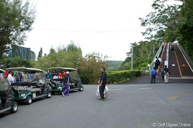 2011年 ダイキンオーキッドレディスオープン 初日 琉球GC 坂の上のクラブハウスまで乗せてくれる送迎カートだが、ラウンド中に使うとペナルティが課せられてしまう