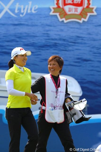 2011年 ダイキンオーキッドレディスゴルフトーナメント 最終日 宋ボベ 2ペナがあったもののこの日67で回って3位タイに入った宋ボべとキャディの市崎さん