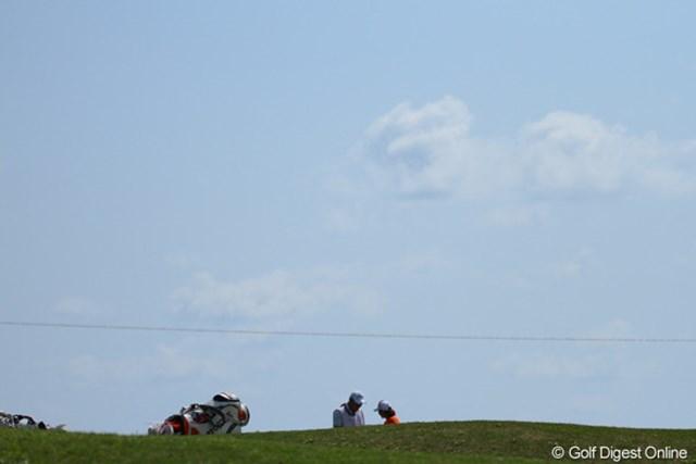 2011年 ダイキンオーキッドレディスゴルフトーナメント 最終日 イ・ボミ 7番グリーンで何やら話し込む二人(イ・ボミと川口キャディ)