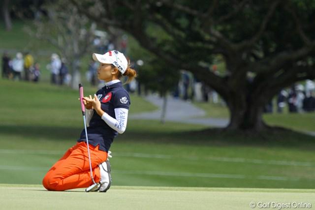 2011年 ダイキンオーキッドレディスゴルフトーナメント 最終日 上田桃子 9番でバーディパットが決まらず膝を落とす上田桃子。最終日にスコアを伸ばすことは出来なかった