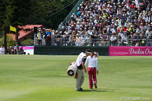 2011年 ダイキンオーキッドレディスゴルフトーナメント 最終日 有村智恵 最終ホールの3打目はちゃっくり。引っ掛かり易いライだったとのことですが、悔しい上がりとなってしまった