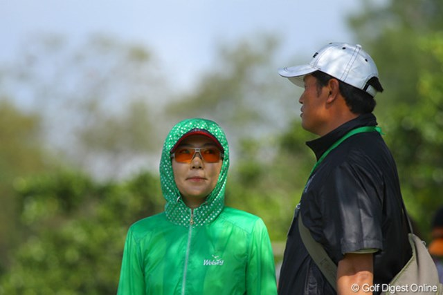 2011年 ダイキンオーキッドレディスゴルフトーナメント 最終日 辛ヒョンジュ 日焼けを嫌う韓国人選手特有の観戦スタイル。写真は予選落ちした辛ヒョンジュ
