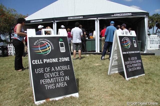 2011年 WGC キャデラック選手権 最終日  「WGC キャデラック選手権」のコース内にも携帯電話が使用可能な区域が設けられていた