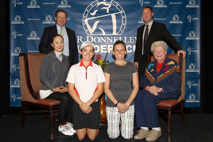 左奥からRR Donnelley社のリック・ライアン、LPGAのワイケル・ワンコミッショナー、グレース朴、ハンナ・アトキンス、サラ・ブラウン、そしてLPGA創設メンバーの一人、マリリン・スミス(Christian Petersen/Getty Images) 2011年 RRドネリー LPGA ファウンダーズカップ