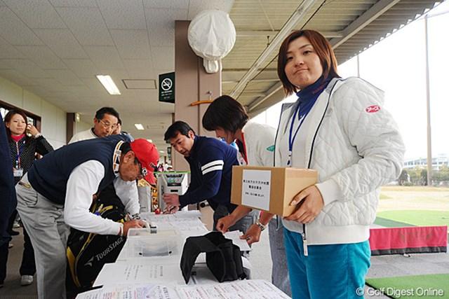 チャリティ参加者を受け付けている茂木宏美。現在は兵庫県に在住している