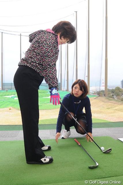 女性ゴルファーに熱心にレッスンをする中村香織