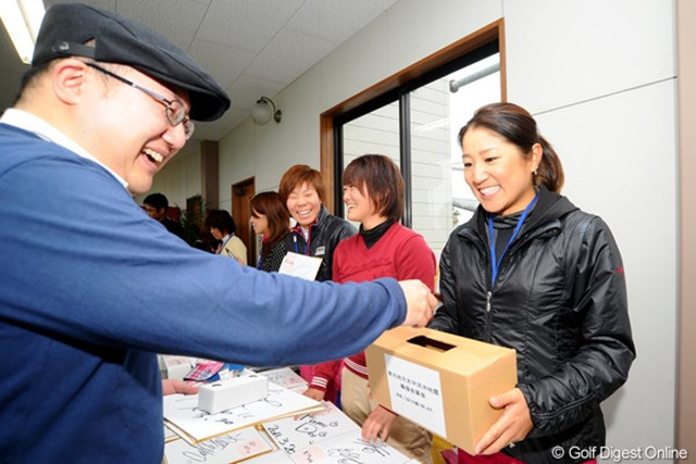 募金を募る藤本麻子。岡山県津山市から2時間かけて駆けつけた