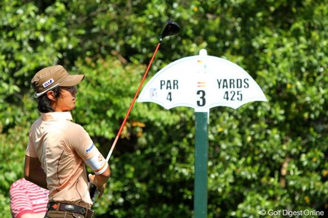 打球に視線を凝らす石川遼。アーノルド・パーマーの試合だけにコース表示も傘の形