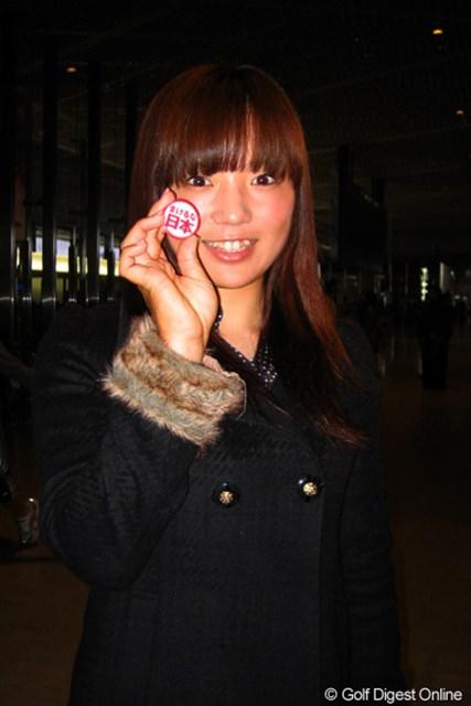 宮里藍らがスローガンに掲げる『まけるな日本』のバッジを手に渡米した有村智恵。固い決意を胸に海外メジャーに臨む