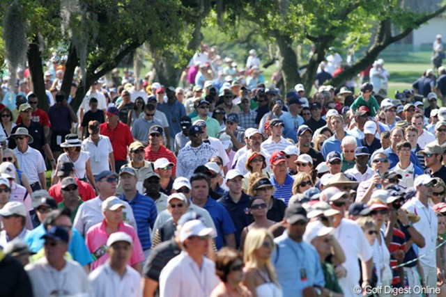 人気選手の周りには大勢のギャラリーが群れを成す